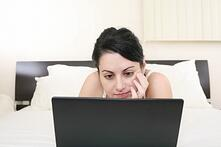 Girl_in_bed_with_Laptop